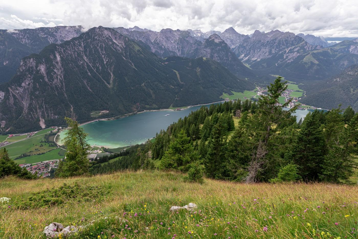 Aussicht am Durrakreuz auf den Achensee - Wanderung zur Dalfazalm