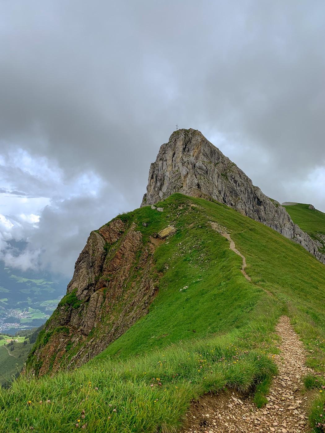 Wanderweg zum Gipfelkreuz des Sagzahn