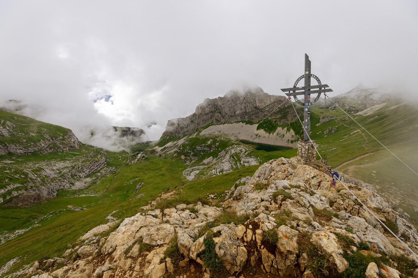 Gipfelkreuz Rofanspitze mit Grubersee