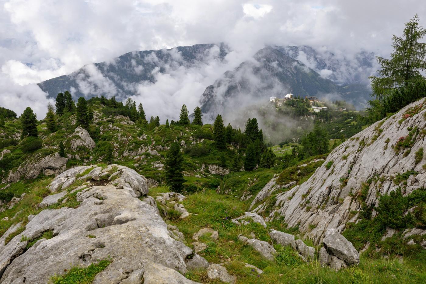 Wanderung-Rofanspitze-Aussicht-zur-Erfurter-Hütte und zur Bergstation Rofanseilbahn