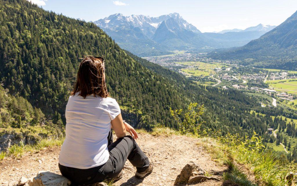 Aussichtspunkt mit Blick auf die Zugspitze und auf Garmisch Partenkirchen (Gehört nicht mehr zur Wanderung der Kuhfluchtwasserfälle)